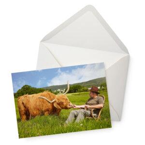 Die Postkarte mit dem Motiv Tierisch entspannt mit Umschlag.
