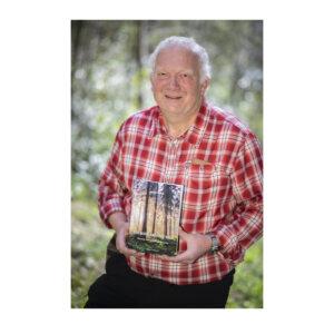 """Der Autor Michael Keuthen im Portrait mit seinem neu erschienenen Buch """"Der Sauerländische Wald""""."""